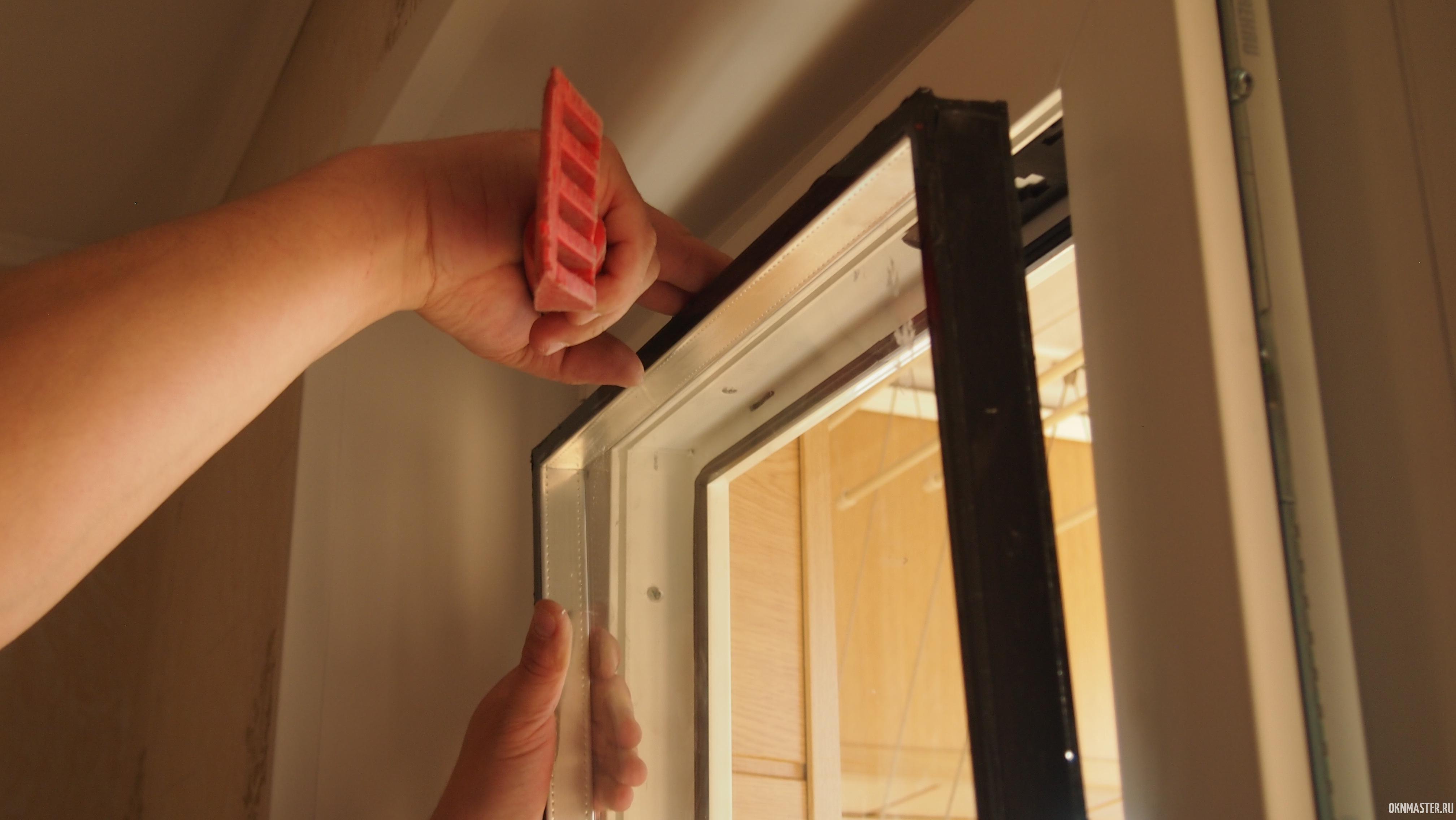 Расклинивание рамы окна