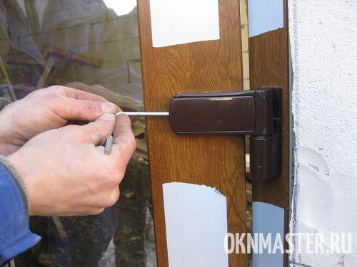 Регулировка петель входной двери